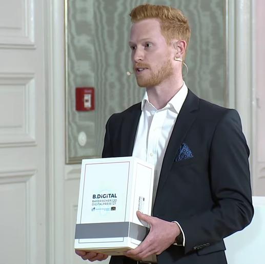 Konstantin hält Bayerischen Digitalpreis 2021
